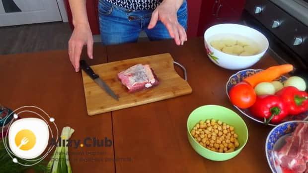 Для приготовления шурпы из говядины, подготовьте ингредиенты.
