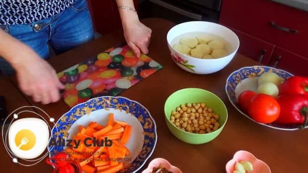 Для приготовления шурпы из говядины, нарежьте морковь.