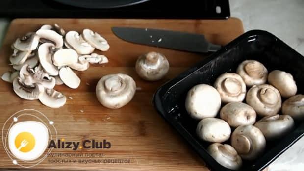 Для приготовления пиццы с грибами подготовьте ингредиенты.