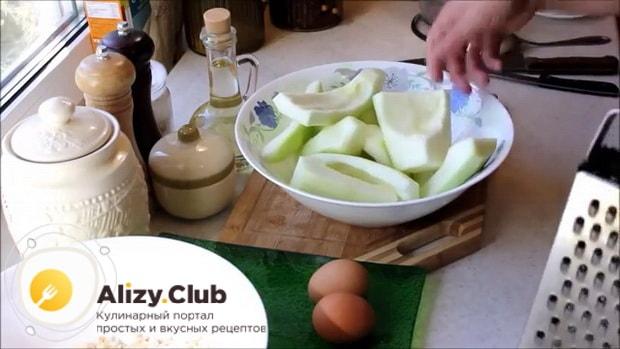 Для приготовления котлет из кабачков подготовьте ингредиенты.