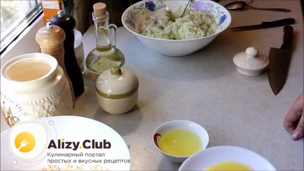Для приготовления котлет из кабачков отделите белки от желтков.
