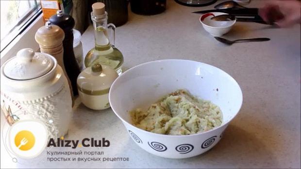 Для приготовления котлет из кабачков перемешайте ингредиенты.