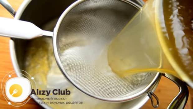 Для приготовления супа фо бо процедите бульон.