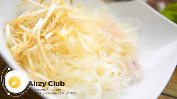 Для приготовления супа фо бо выложите лапшу в тарелку