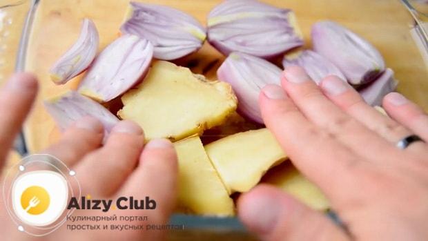 Для приготовления супа фо бо нарежьте лук шалот и имбирь.