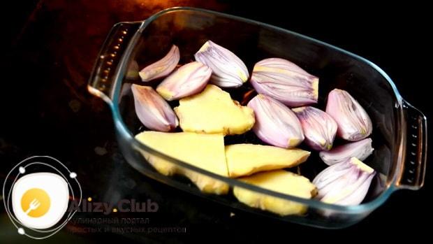 Для приготовления супа фо бо запекитешалот и имбирь.