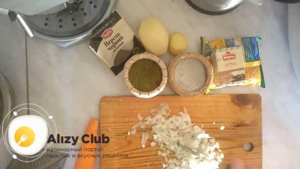 По рецепту, для приготовления супа из куриных сердечек нарежьте лук.