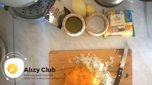 По рецепту, для приготовления супа из куриных сердечек нарежьте морковь.