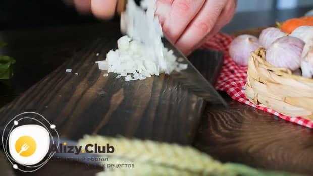 По рецепту, для приготовления щавелевого супа с яйцом, нарежьте лук.