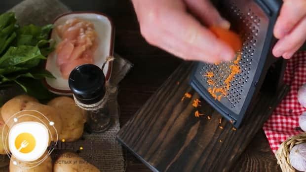 По рецепту, для приготовления щавелевого супа с яйцом, натрите морковь.