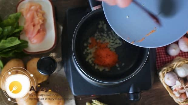 По рецепту, для приготовления щавелевого супа с яйцом, приготовьте зажарку.