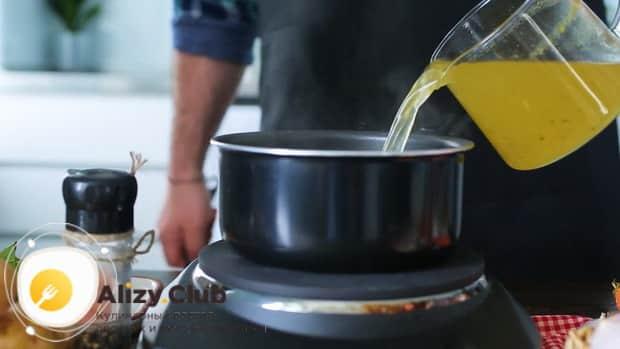 По рецепту, для приготовления щавелевого супа с яйцом,добавьте бульон.