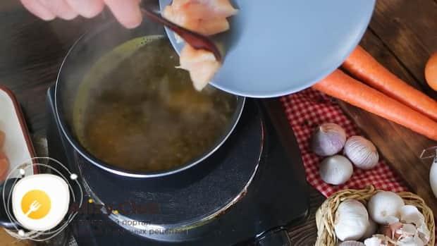 По рецепту, для приготовления щавелевого супа с яйцом, добавьте куриное мясо.