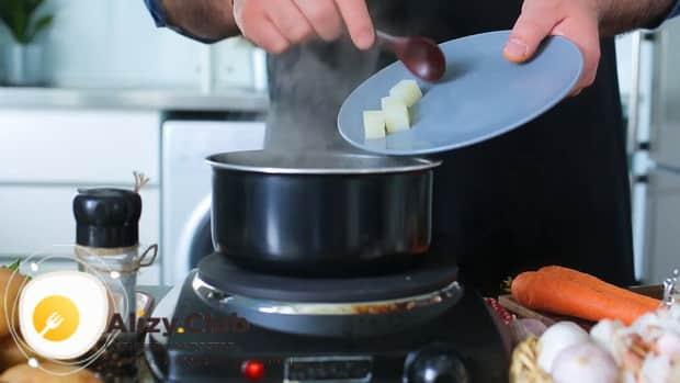 По рецепту, для приготовления щавелевого супа с яйцом, нарежьте картофель.