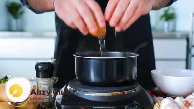По рецепту, для приготовления щавелевого супа с яйцом, добавьте яйцо.