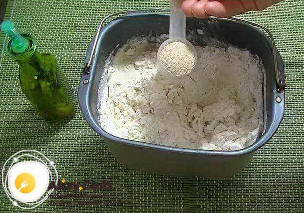 В тесто добавьте 1 столовую ложку сухих дрожжей