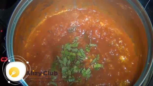Добавляем базилик в соус
