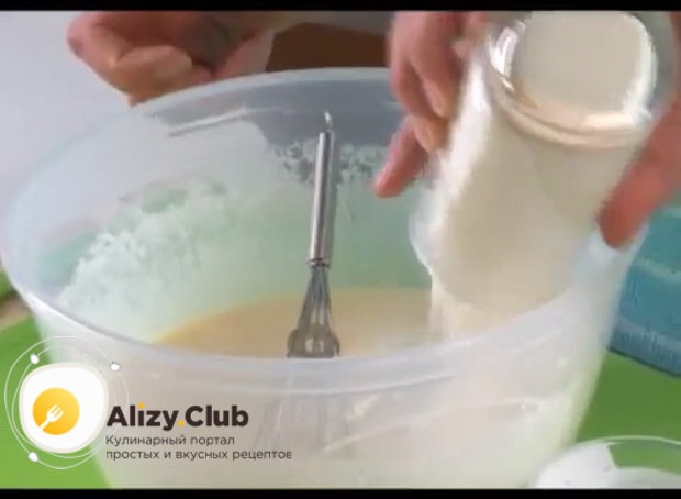 Для приготовления блинов на ряженке соедините все ингредиенты.