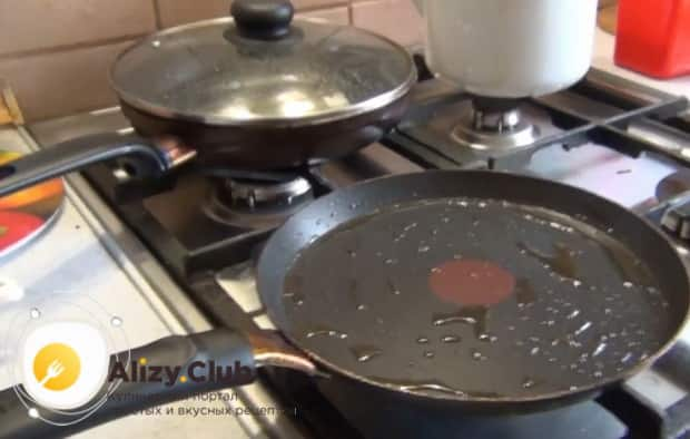 Для приготовления блинов на ряженке нагрейте сковороду.