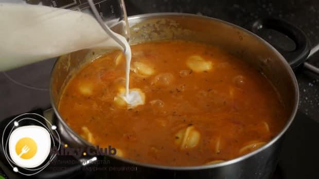Для приготовления супа с пельменями добавьте сливки.