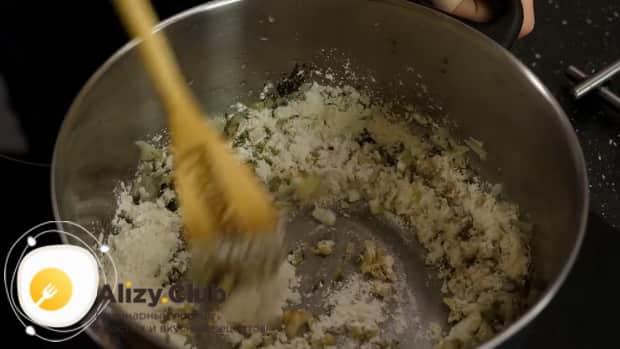 Для приготовления супа с пельменями добавьте муку.