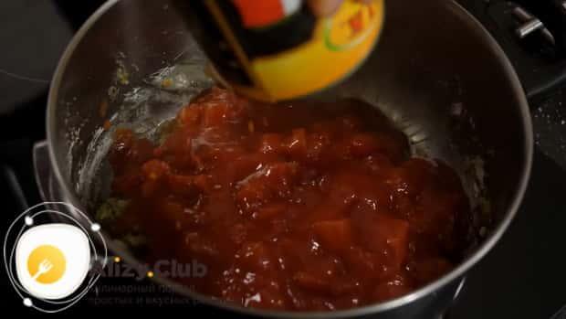 Для приготовления супа с пельменями добавьте помидоры.