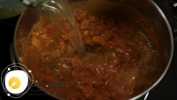 Для приготовления супа с пельменями добавьте бульон.