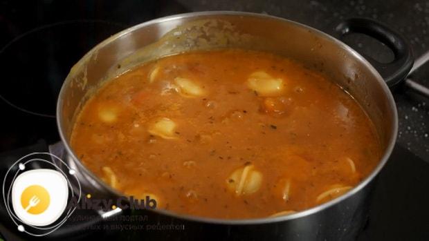 Для приготовления супа с пельменями подготовьте все ингредиенты.