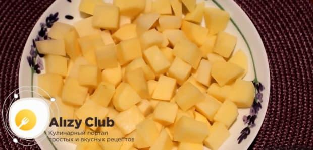 Для приготовления ухи из голов форели по простому рецепту. нарежьте картофель.