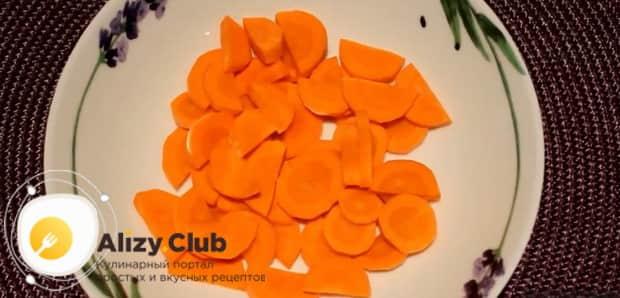Для приготовления ухи из голов форели по простому рецепту. нарежьте морковь.