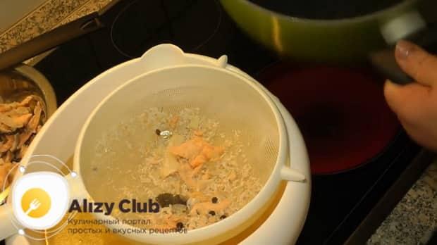По рецепту, для приготовления ухи из головы лосося процедите бульон.