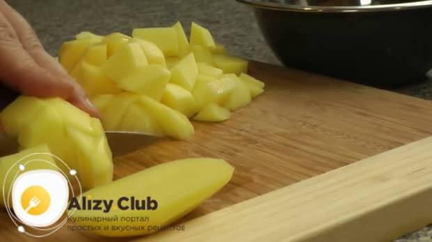 По рецепту, для приготовления ухи из головы лосося нарежьте картофель.