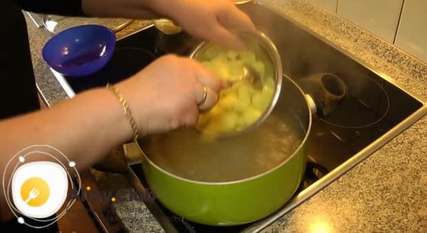 По рецепту, для приготовления ухи из головы лосося отварите картофель.