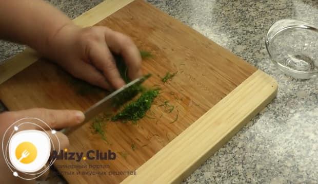 По рецепту, для приготовления ухи из головы лосося нарежьте зелень.