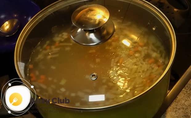 По рецепту, для приготовления ухи из головы лосося отварите овощи.