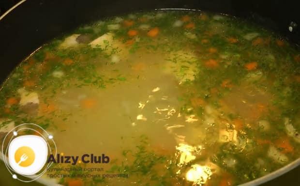 По рецепту, для приготовления ухи из головы лосося добавьте зелень.