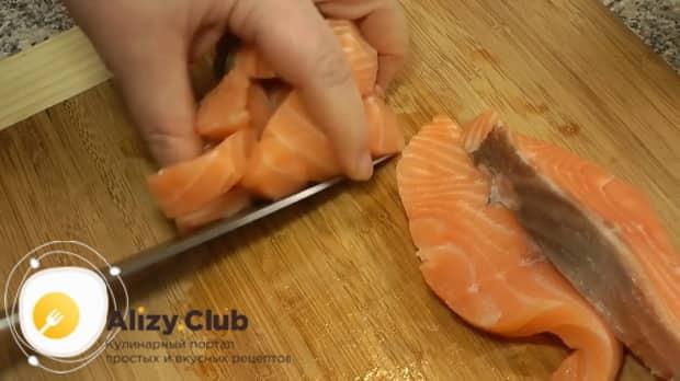 По рецепту, для приготовления ухи из головы лосося нарежьте рыбу.