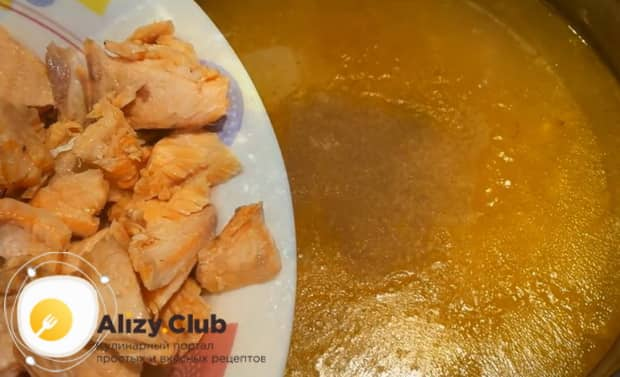 Для приготовления ухи из красной рыбы, положите рыбу в бульон.
