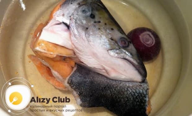 Для приготовления ухи из красной рыбы, промойте рыбу.