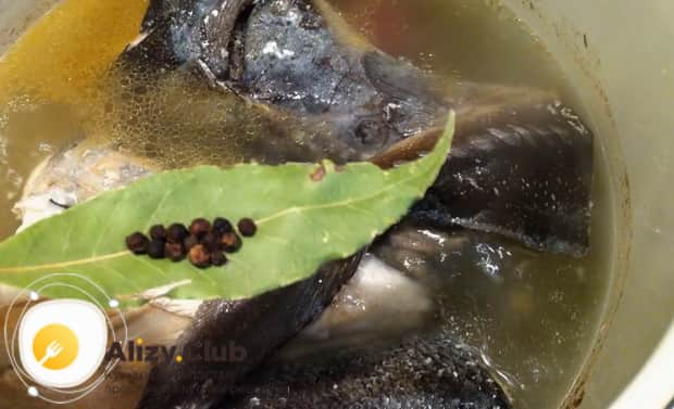 Для приготовления ухи из красной рыбы, добавьте специи.