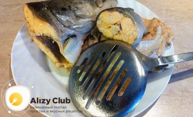 Для приготовления ухи из красной рыбы, переберите рыбу.