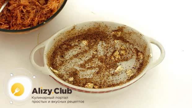 Для приготовления запеканки из вермишели, присыпьте сковородку сухарями.