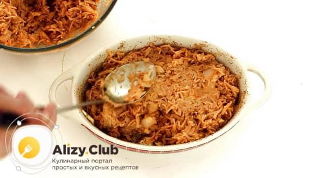 Для приготовления запеканки из вермишели, выложите ингредиенты в сковородку
