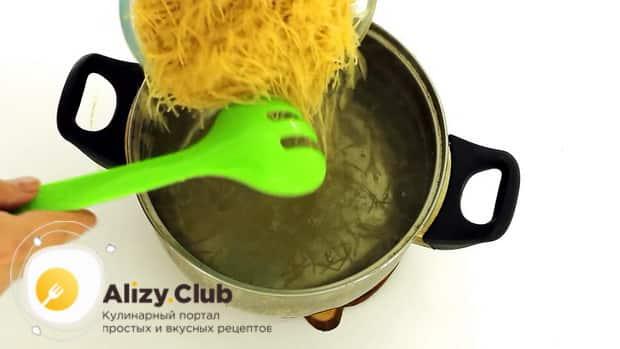 Для приготовления запеканки из вермишели, подготовьте все ингредиенты.
