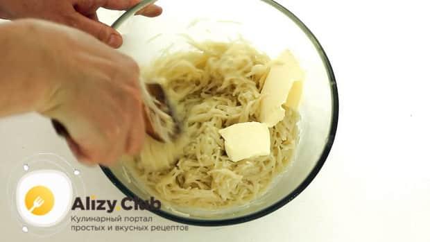 Для приготовления запеканки из вермишели, макароны сдобрите маслом.