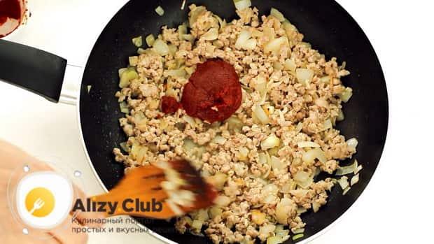 Для приготовления запеканки из вермишели, добавьте в фарш томат.