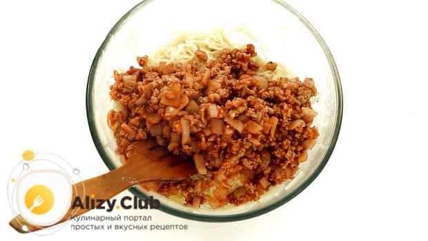 Для приготовления запеканки из вермишели, смешайте фарш с макаронами.