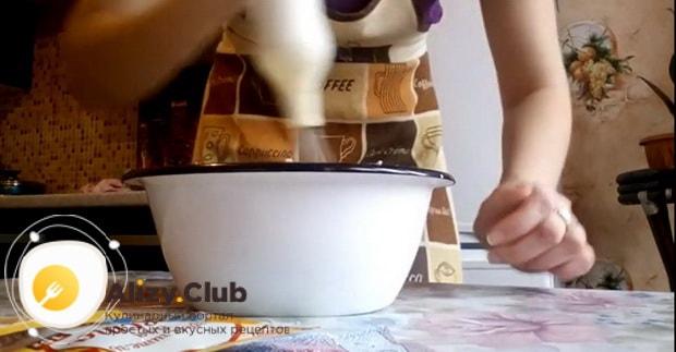 Перед тем как испечь кекс в хлебопечке, взбейте ингредиенты для приготовления теста.
