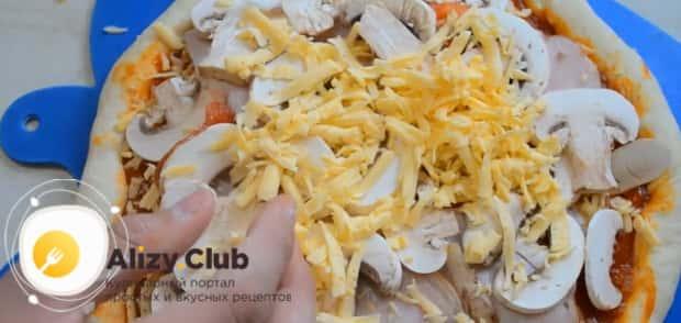 Для приготовления пиццы с грибами выложите на тесто начинку.