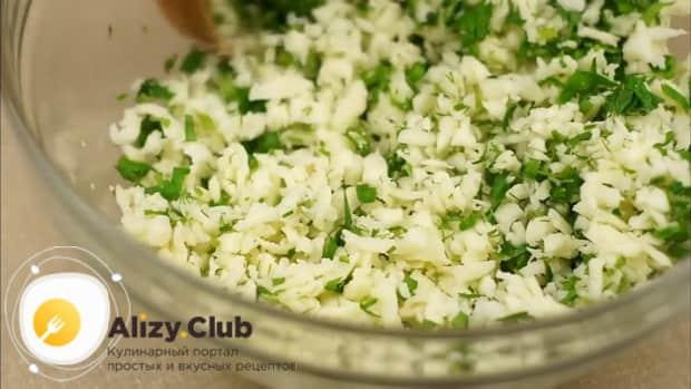 Для приготовления лаваша с сыром на сковороде приготовьте начинку.